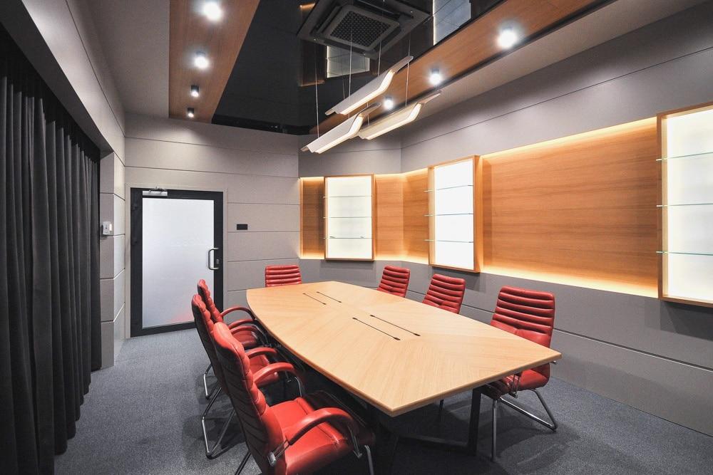 Sala Konferencyjna, stworzona i wykonany przez warsztat Don't Worry, tworzący aranżację wnętrz oraz wykonujący meble na zamówienie.