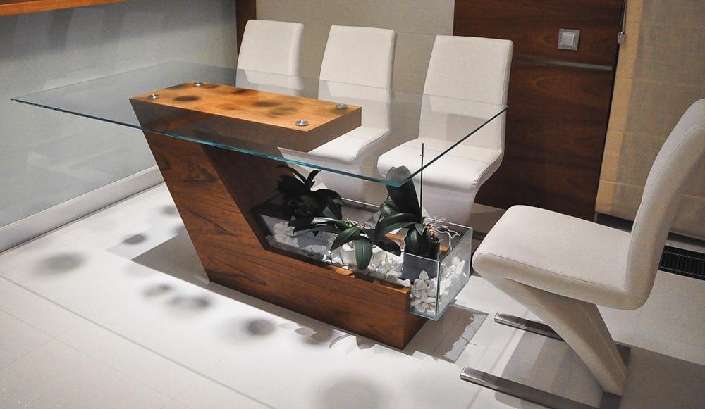 Stół Flora Solo, stworzony przez warsztat Don't Worry Polska, produkujący meble na zamówienie.