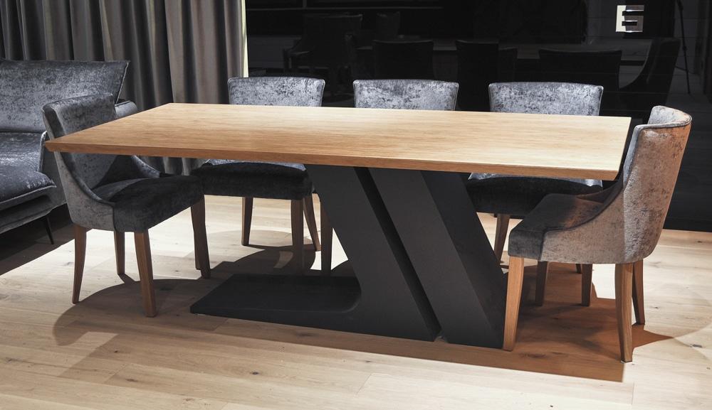 Stół Slant, stworzony przez warsztat Don't Worry Polska, produkujący meble na zamówienie.