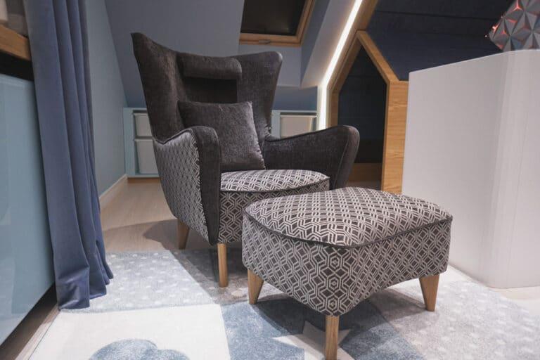 Fotel Sjesta, stworzone przez warsztat Don't Worry Polska, produkujący meble na zamówienie.