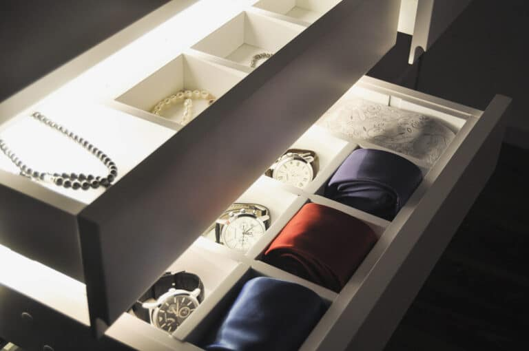 Aranżacja Garderoby #2, stworzona i wykonana przez warsztat Don't Worry, tworzący aranżację wnętrz oraz wykonujący meble na zamówienie.