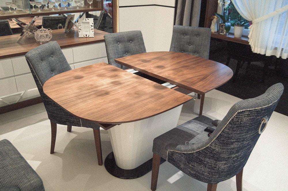 Stół Tau Donica, stworzony przez warsztat Don't Worry Polska, produkujący meble na zamówienie.