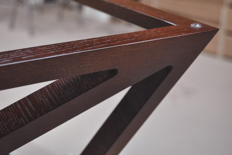 Stół Saho, stworzony przez warsztat Don't Worry Polska, produkujący meble na zamówienie.