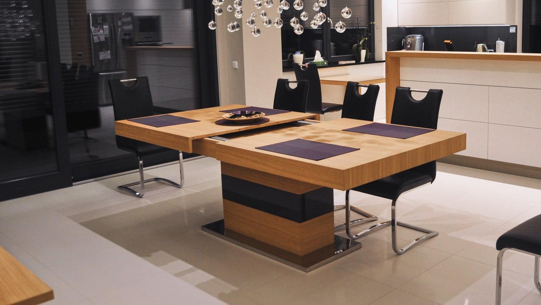 Stół Tau, stworzony przez warsztat Don't Worry Polska, produkujący meble na zamówienie.
