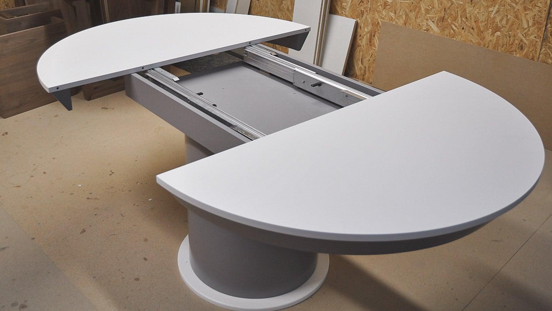 Stół Turno, stworzony przez warsztat Don't Worry Polska, produkujący meble na zamówienie.