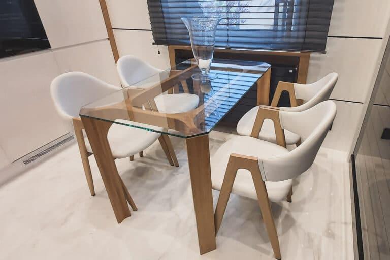 Stół Fejs, stworzony przez warsztat Don't Worry Polska, produkujący meble na zamówienie.