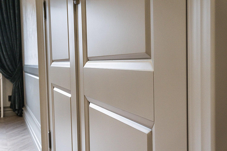 Drzwi Maestro Long, stworzone przez warsztat Don't Worry Polska, produkujący meble na zamówienie.