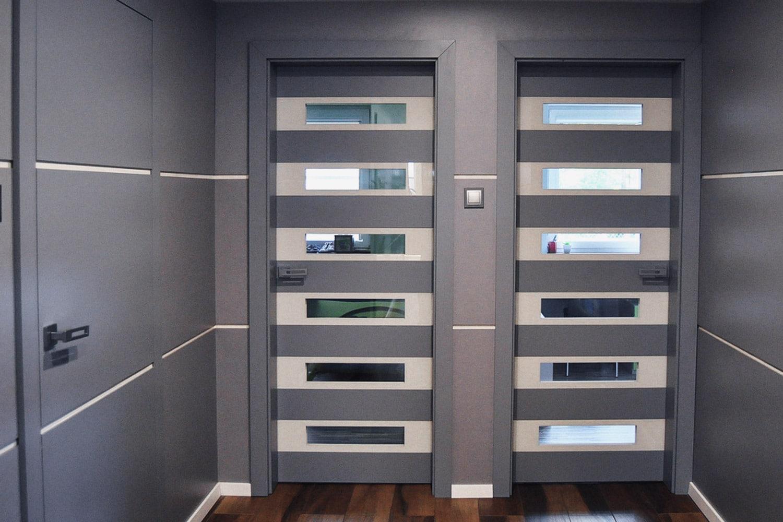 Drzwi New Form, stworzone przez warsztat Don't Worry Polska, produkujący meble na zamówienie.