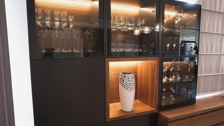 Witryna Kredens Wind, stworzona przez warsztat Don't Worry Polska, produkujący meble na zamówienie.